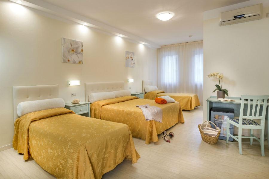 Camere hotel 3 stelle riccione family hotel riccione - Hotel con camere a tema milano ...